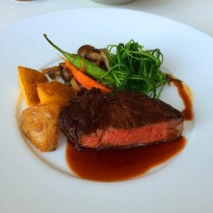 国産牛ランプ肉のポワレ 季節のお野菜とソース・ボルドレーズを添えて