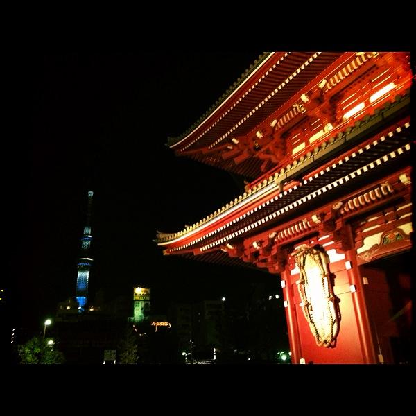 浅草寺とスカイツリー。夜のライトアップきれい〜♪
