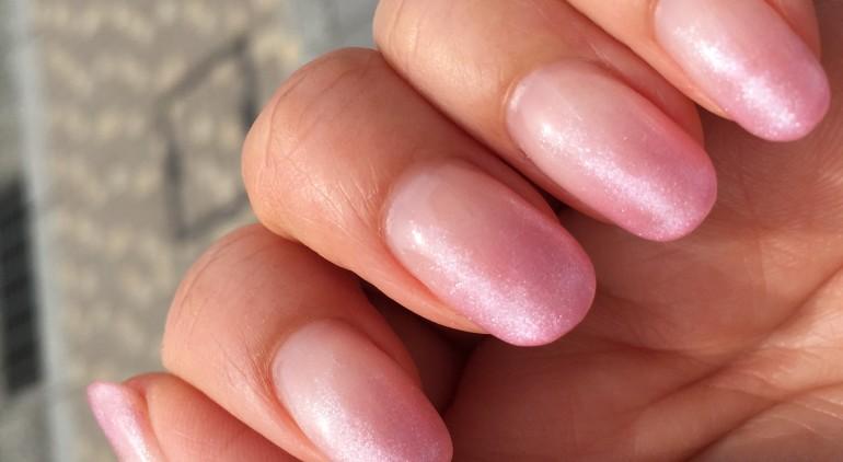 ピンクのラメグラデーションジェルネイル写真