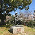 田原坂公園の美少年と桜(熊本市北区植木町の田原坂公園)